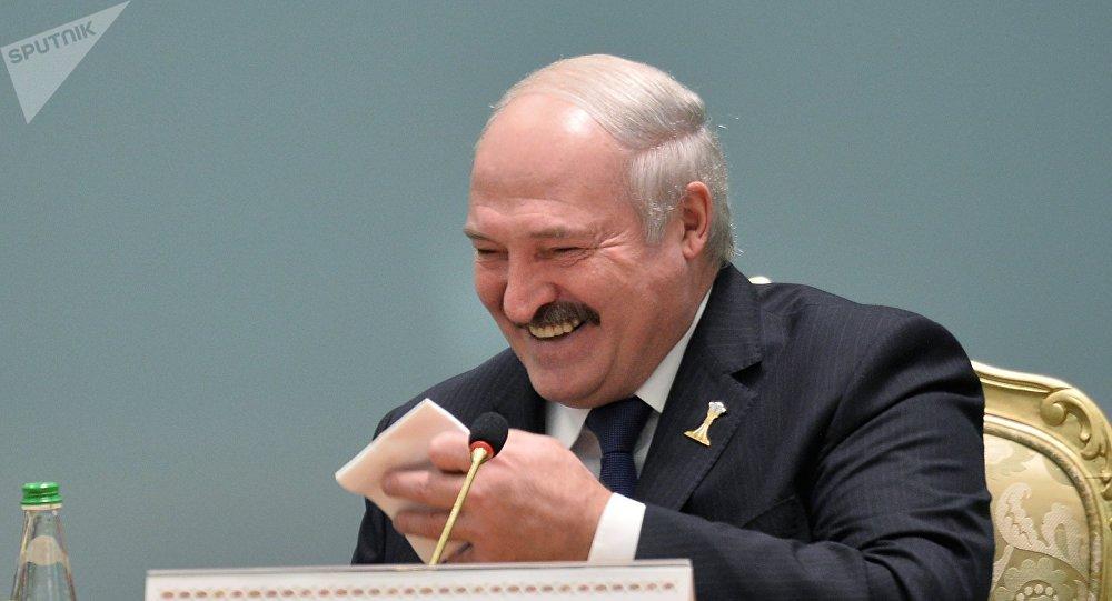 El presidente de Bielorrusia Alexandr Lukashenko, riendo