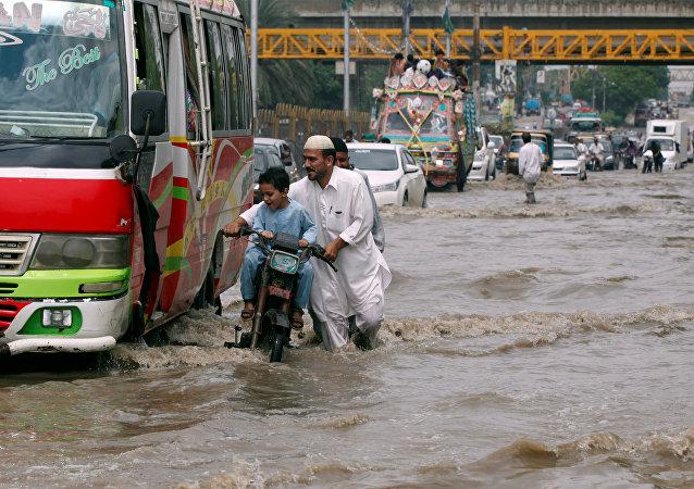 Las consecuancias de las lluvias en Karachi, Pakistán