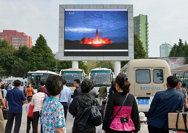 Los norcoreanos, viendo el lanzamiento del misil balístico, en Pyongyang