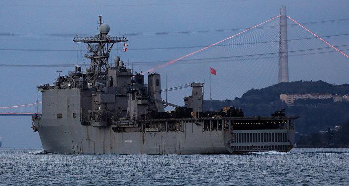 El buque de desembarco estadounidense USS Carter Hall