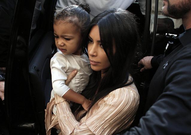 Kim Kardashian, celebridad estadounidense, y su hija North West