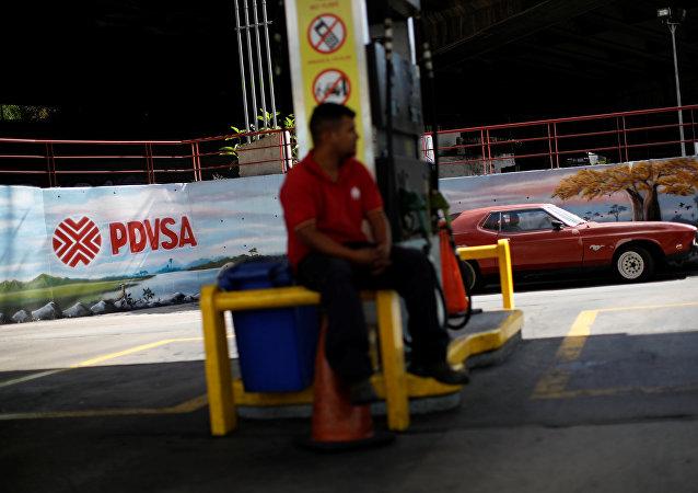 Una estación de gasilona con el logo de Pdvsa en Venezuela