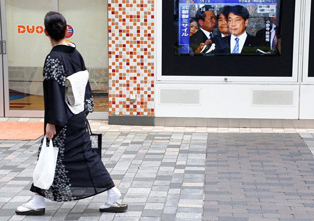 Una japonesa pasa por la pantalla con las noticias sobre el lanzamiento de un misil norcoreano