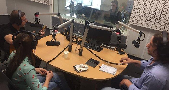 Guillermo Roude, Anastasia Romanova y Víctor Ternovsky en los estudios de Radio Sputnik