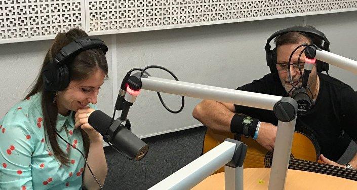 Guillermo Roude y Anastasia Romanova en los estudios de Radio Sputnik
