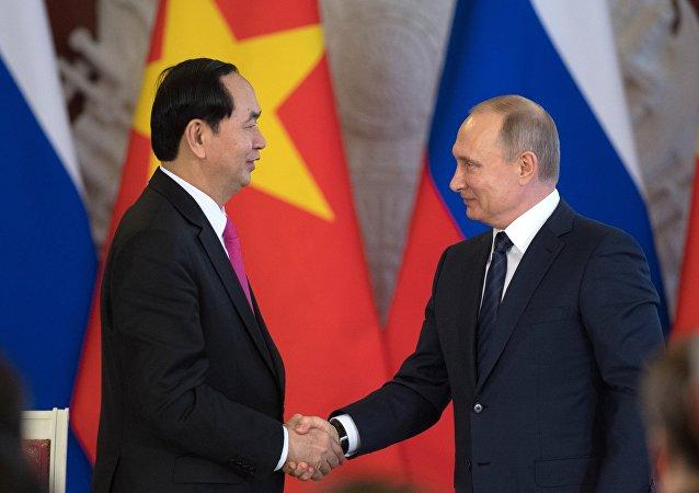 El presidente de Vietnam, Tran Dai Quang y el presidente de Rusia, Vladímir Putin (archivo)