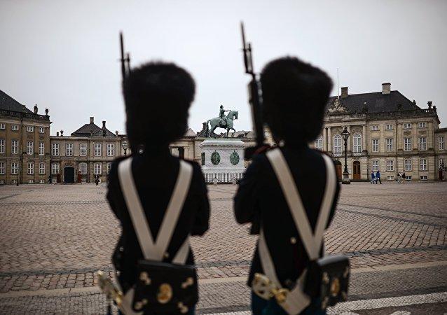 Unos soldados frente al Parlamento en Copenhague