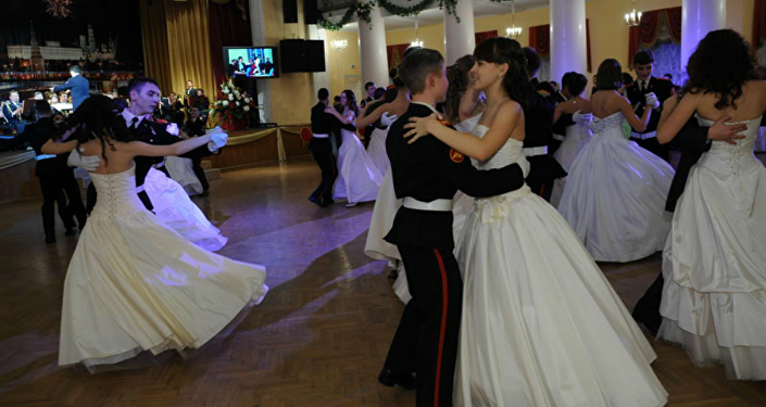 Las alumnas del internado durante un baile
