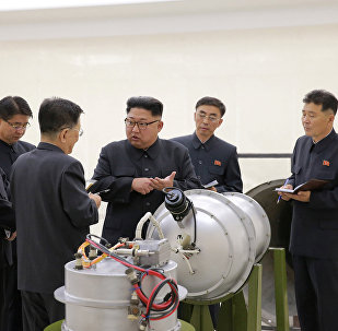 El líder norcoreano, Kim Jong-Un, inspecciona el programa de armas nucleares