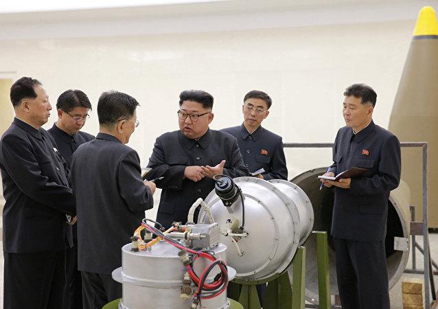 El líder norcoreano, Kim Jong-Un, inspecciona el programa de armas nucleares (archivo)