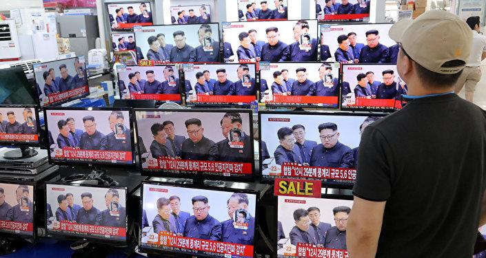Un hombre mira el reportaje de noticias de televisión sobre la prueba nuclear de Corea del Norte en una tienda electrónica en Seúl
