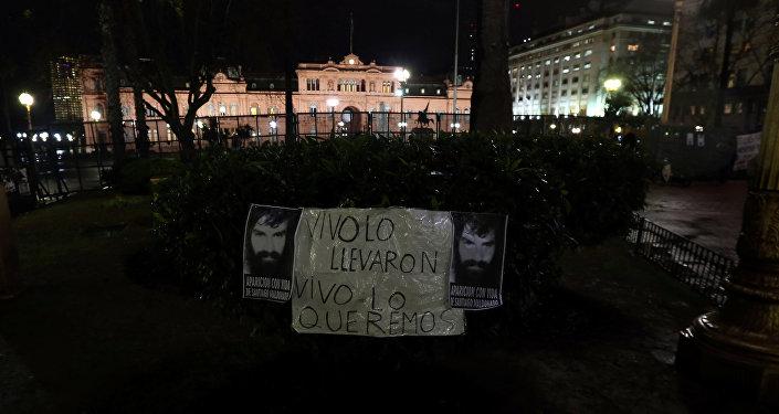 Cartel en contra de la desaparición del activista argentino Santiago Maldonado