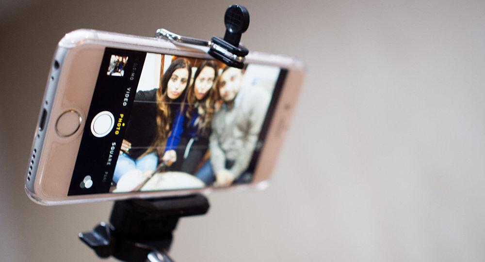 Jóvenes se hacen un selfi