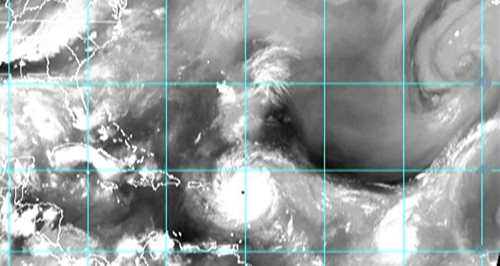 Impresionantes imágenes del vuelo de un avión a través del huracán Irma