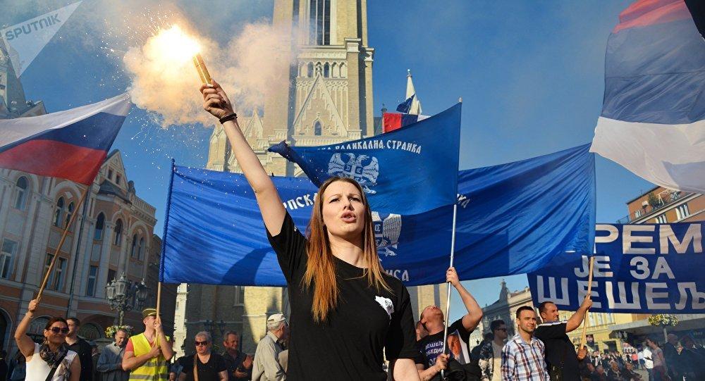 Los participantes de una manifestación a favor del candidato presidencial, Vojislav Seselj, en Serbia