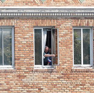 Personas desconocidas en la ventana del Consulado de Rusia en San Francisco, EEUU