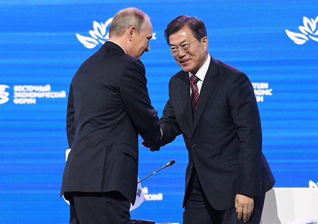 Presidente de Rusia, Vladímir Putin, y presidente de Corea del Sur, Moon Jae-in (archivo)