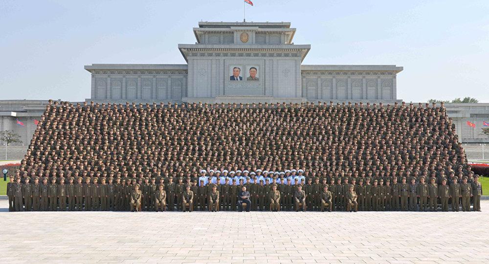 Kim Jong-un, líder de Corea del Norte, con militares jóvenes