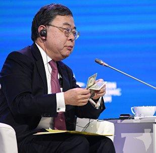 Presidente de Hang Lung Propiedades Ronnie Chan en la sesión plenaria del Tercer Foro Económico Oriental en Vladivostok