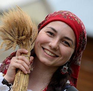 Una chica con trigo durante los festivos en la República Tatarstan, Rusia