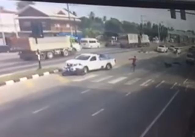 Un tailandés disfrazado de 'spiderman' salvó la vida de un motociclista