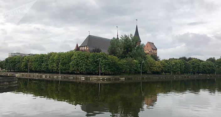 Catedral de Kaliningrado desde el otro lado del río