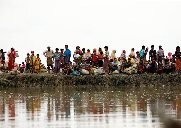 Los refugiados rohinyás esperando una lancha para cruzar el río en Birmania