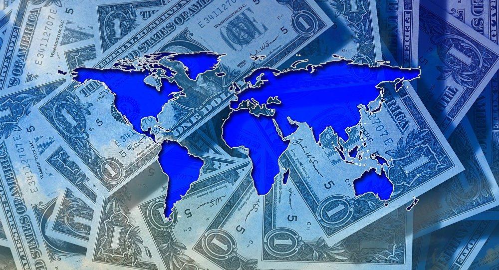 Un mapamundi sobre varios billetes de 1 dólar