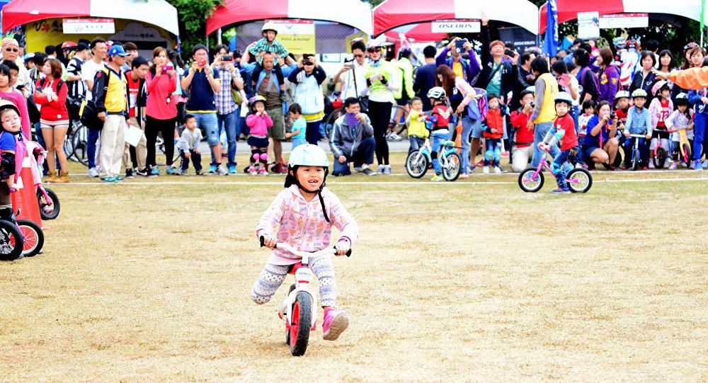 Carrera de niños en bicicletas sin pedales