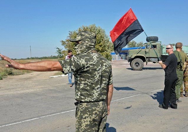 Militantes de grupo ultranacionalista ucraniano Pravy Sektor bloquean el paso a la península de Crimea (archivo)