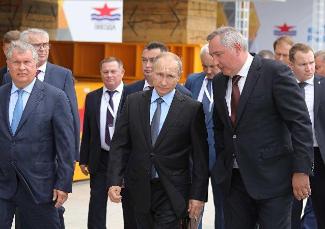 Vladímir Putin durante su visita al astillero Zvezda