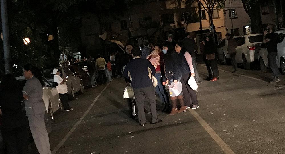 La gente sale a las calles durante el terremoto en México