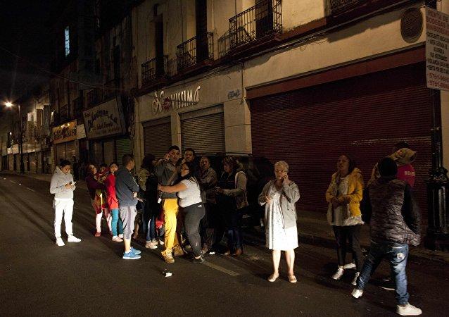 Personas reunidas en las calles de México tras el terremoto