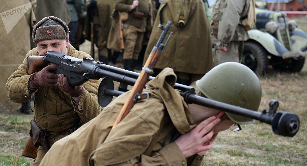 El fusil PTRD en una recreación histórica en Ekaterimburgo, Rusia, 6 de mayo de 2017