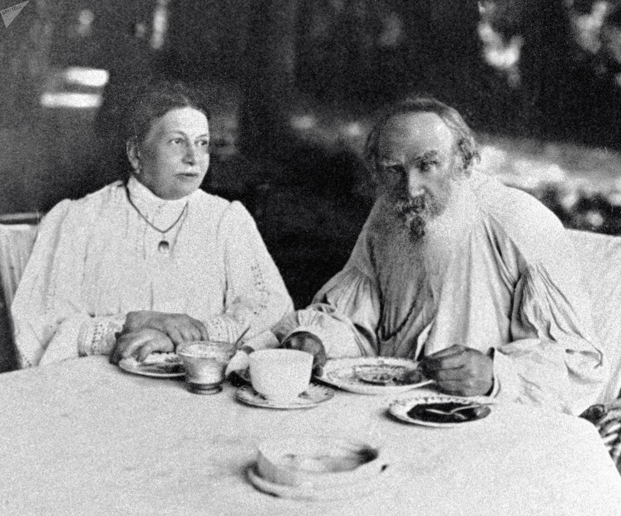 León Tolstói, escritor ruso, con su esposa Sofía