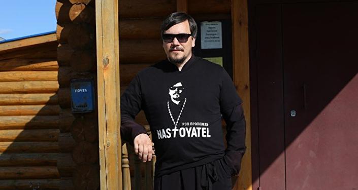 El padre Maxim, conocido también como MC Nastoyátel