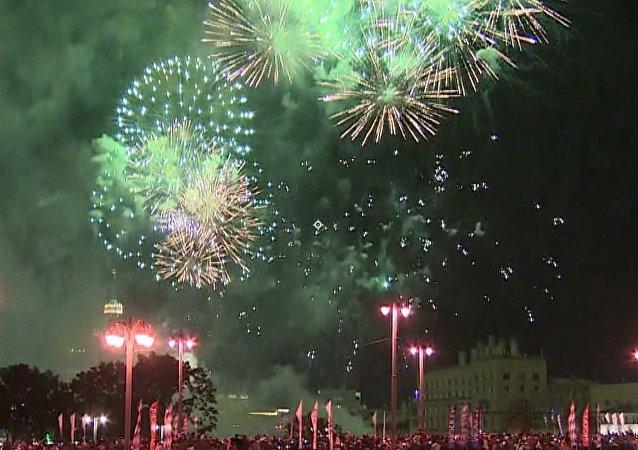 Fuegos artificiales adornan el cielo de Moscú en su 870 aniversario