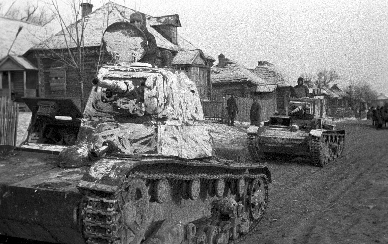 Tanques soviéticos en una aldea cerca de Moscú en octubre de 1941
