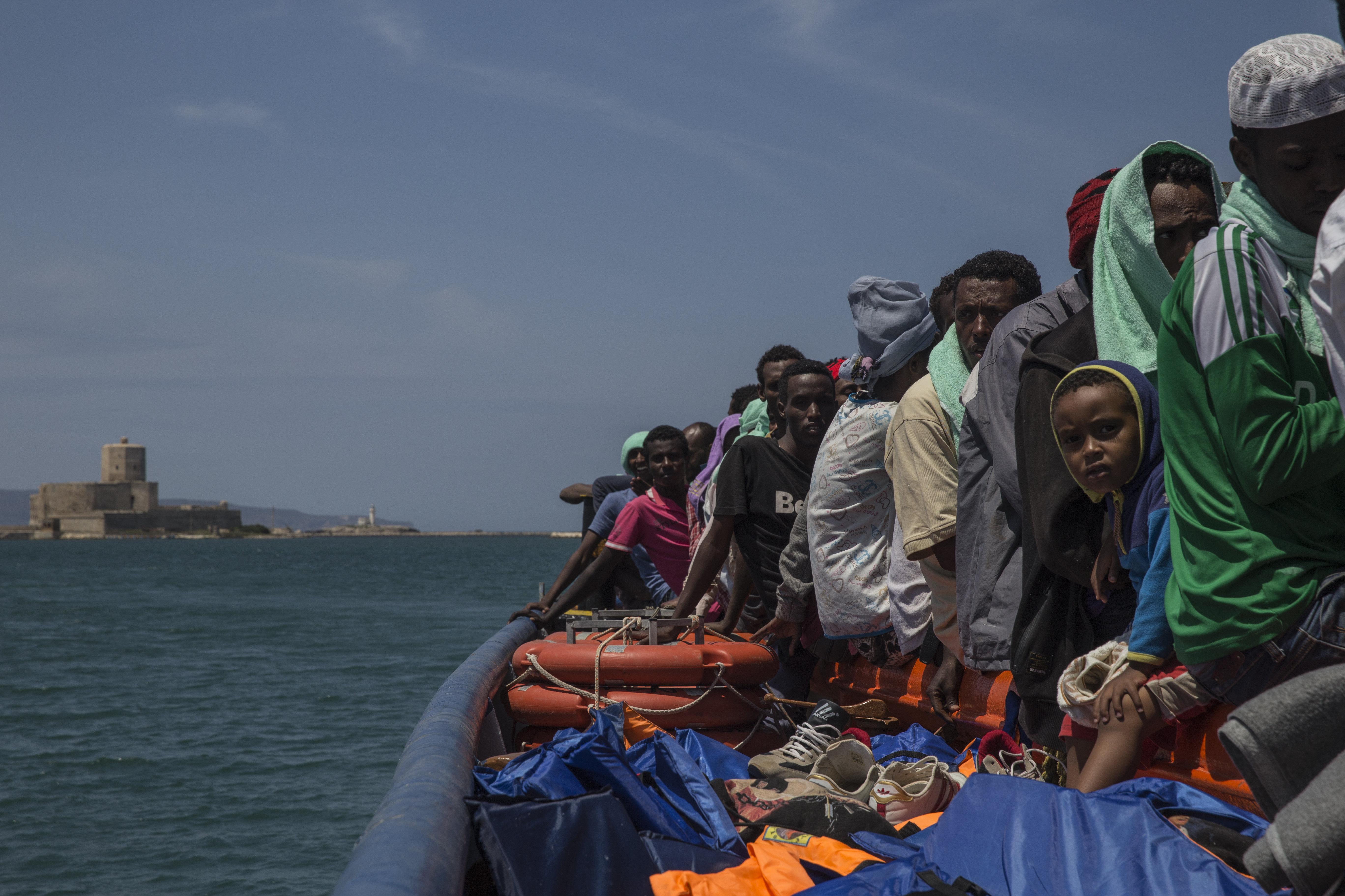 El Dignity I, barco de búsqueda y rescate de Médicos Sin Fronteras en el Mar Mediterráneo, desembarcó 103 personas en Trapani el 9 de julio de 2015