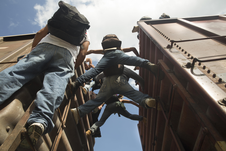 Los migrantes centroamericanos que viajan en tren en México a menudo están exhaustos debido a los largos viajes y son víctimas de la violencia. MSF les brinda asistencia