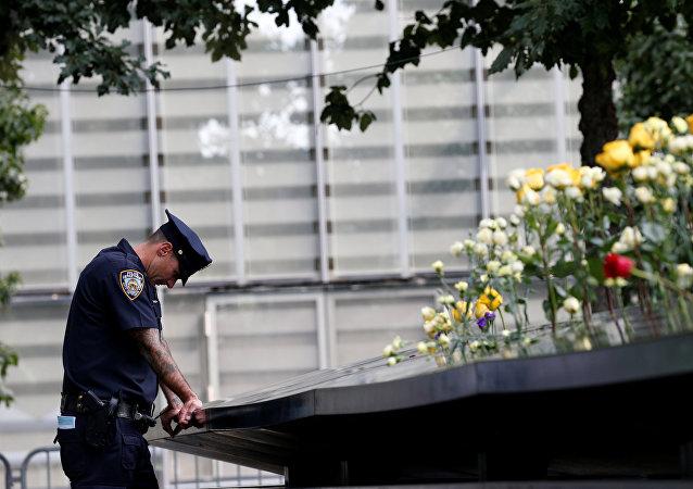 Un policía junto al Memorial conmemorativo a las víctimas del 11-S en Nueva York, EEUU