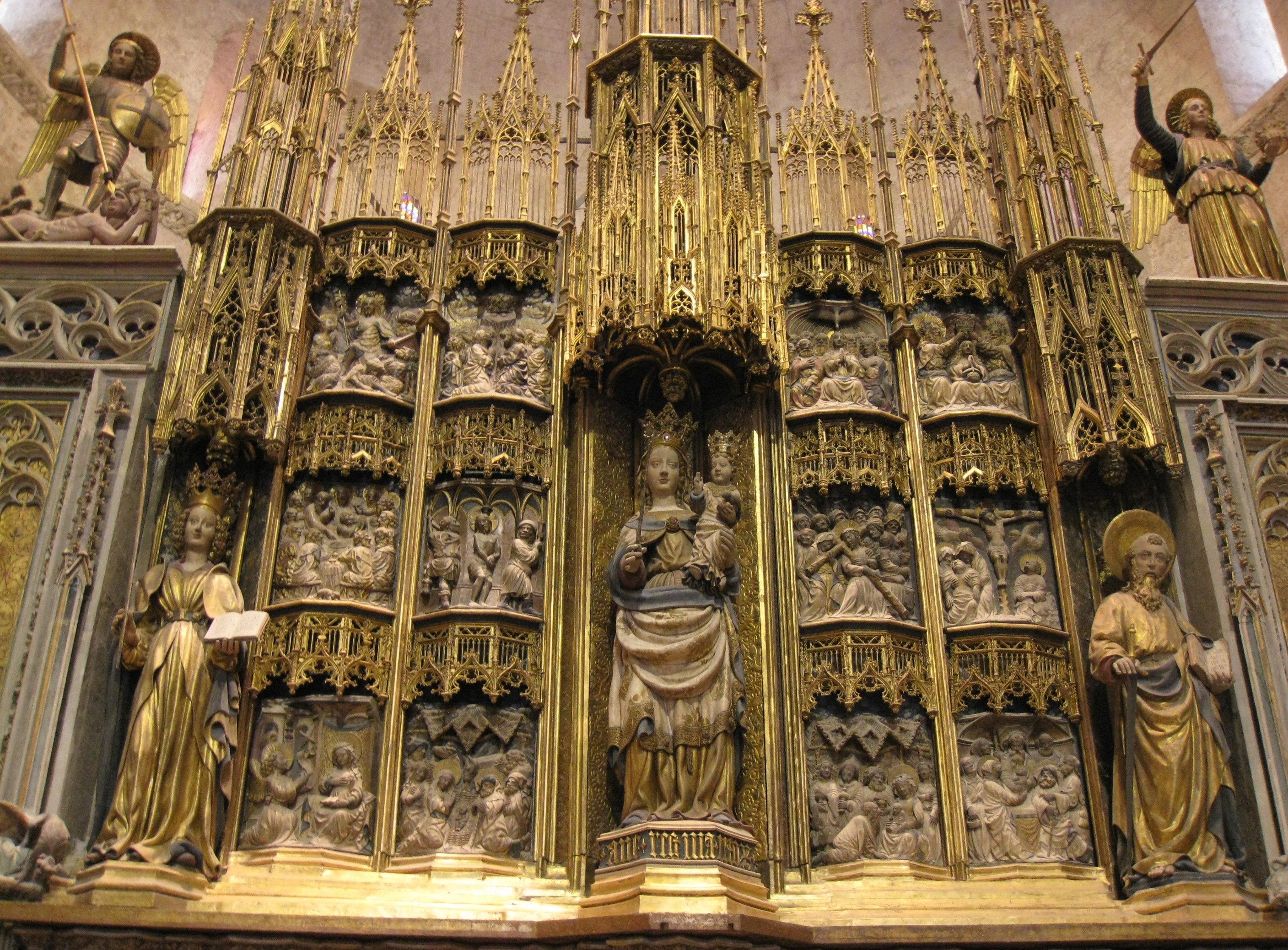 Retablo mayor en la Catedral de Santa María, en Tarragona. En el centro de la representación aparece Santa Tecla, acompañada a ambos lados por San Pablo y la Madre de Dios.