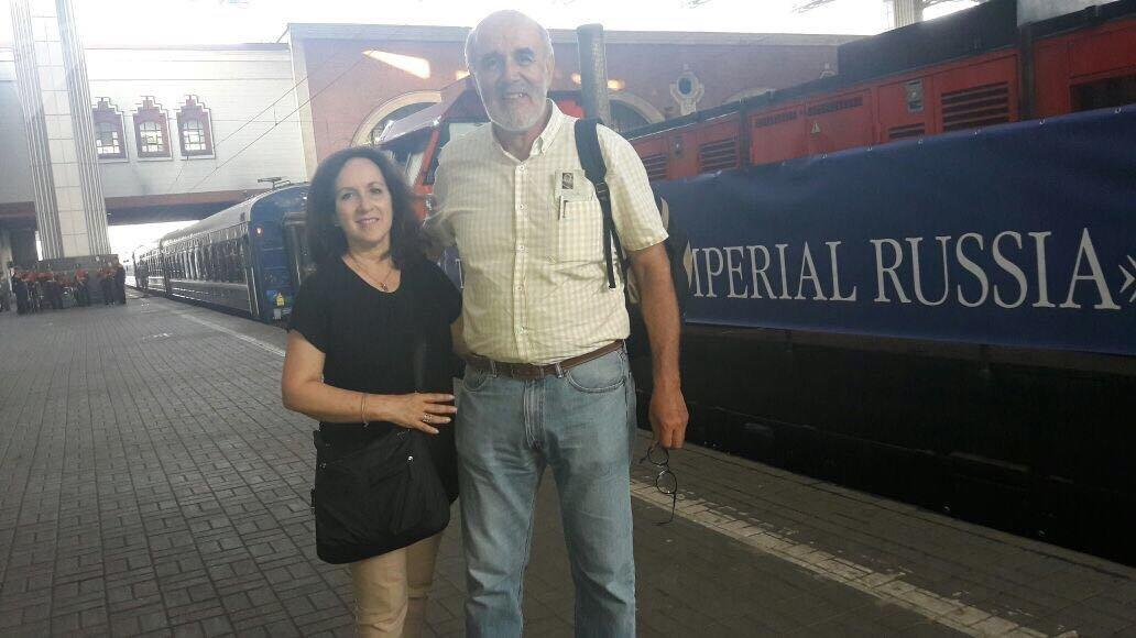 Verónica Oviedo frente al tren Rusia Imperial