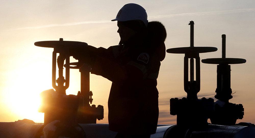 Un obrero revisa la válvula de un tubo de petróleo (imagen referencial)