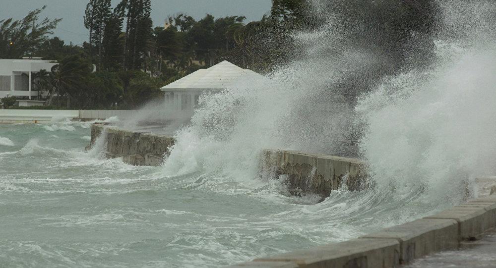 El mar inunda un dique en Nassau, Bahamas