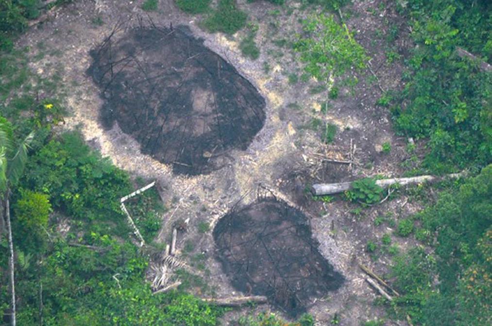 ¿Evidencia de un ataque? Casas comunales de indígenas aislados quemadas en 2016 podrían ser signos de otra masacre.