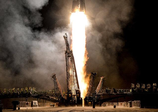 Lanzamiento de la nave espacial tripulada Soyuz MS-06