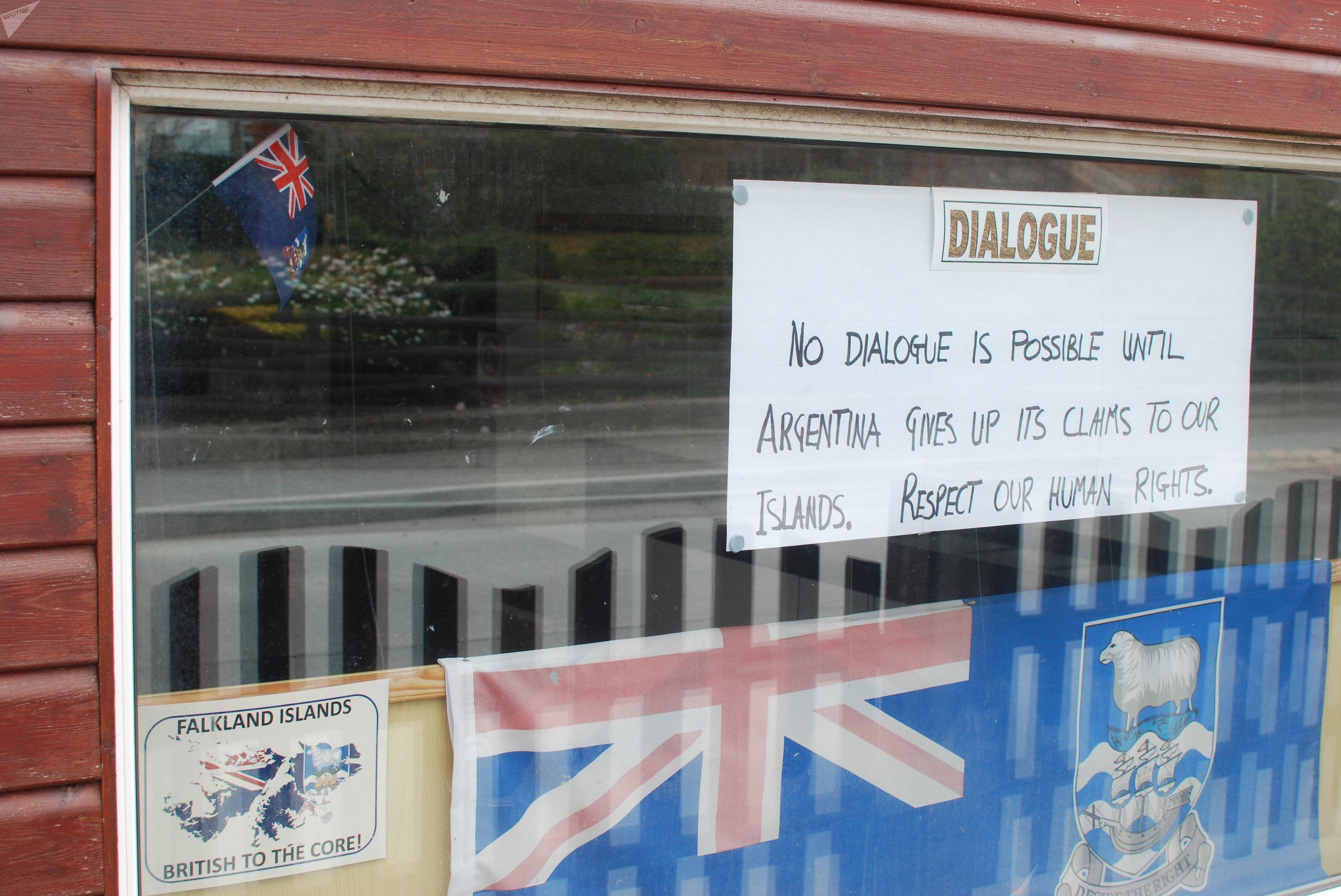 Carteles en comercio de Islas Malvinas dirigido a visitantes argentinos