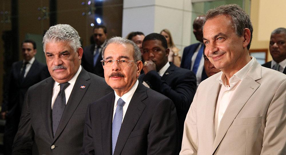 Canciller de la República Dominicana, Miguel Vargas, presidente de la República Dominicana, Danilo Medina, y el expresidente del Gobierno español, José Luis Zapatero