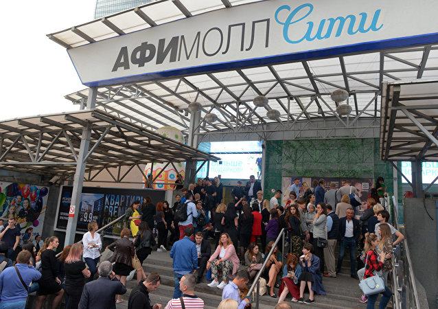 Los evacuados en un centro comercial en Moscú tras una llamada telefónica sobre una supuesta colocación de bomba